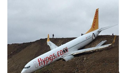 土耳其一客机降落时冲出跑道倒挂山崖险坠海 幸无人伤亡